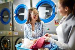 Женщины выбирая одежды Стоковое фото RF
