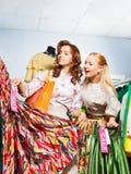 2 женщины выбирая платье во время продажи Стоковая Фотография RF