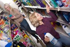 2 женщины выбирая тензиды в магазине Стоковые Изображения