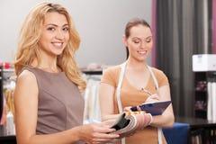 2 женщины выбирая ткань в магазине Стоковая Фотография RF
