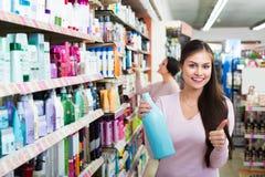2 женщины выбирая шампунь Стоковая Фотография