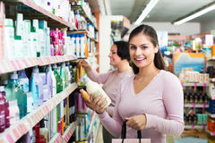 2 женщины выбирая шампунь Стоковое фото RF