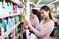 2 женщины выбирая шампунь Стоковое Изображение