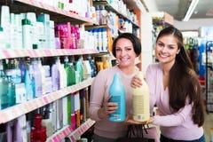 2 женщины выбирая шампунь Стоковая Фотография RF