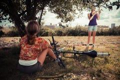 2 женщины выбирая яблока в осени Стоковые Изображения