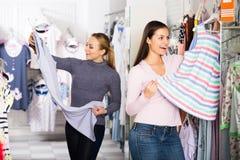 2 женщины выбирая sleepwear в магазине Стоковые Фотографии RF