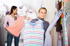 2 женщины выбирая sleepwear в магазине Стоковые Изображения