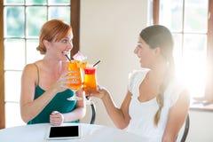 2 женщины выпивая коктеиль Стоковые Изображения RF
