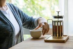 Женщины выпивая кофе на ослабляют время Стоковое Изображение RF