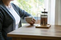 Женщины выпивая кофе на ослабляют время Стоковые Изображения RF