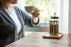 Женщины выпивая кофе на ослабляют время Стоковая Фотография RF