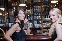 2 женщины выпивая на элитной гостинице Стоковые Фото