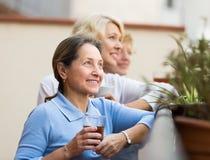 3 женщины выпивая чай на балконе Стоковое фото RF