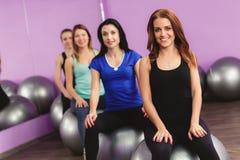 Женщины выполняют тренировки с большим шариком для фитнеса Стоковое Изображение