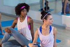 2 женщины выполняя йогу Стоковое Фото