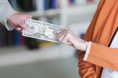 2 женщины вытягивая на банкноте Стоковые Изображения RF