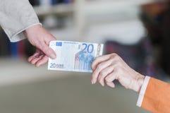 2 женщины вытягивая на банкноте Стоковая Фотография