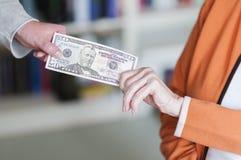 2 женщины вытягивая на банкноте Стоковая Фотография RF