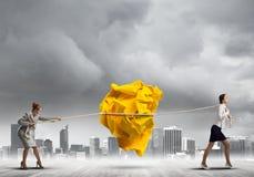 2 женщины вытягивая с шариком усилия большим скомканным бумаги как творческие способности подписывают Стоковые Изображения RF