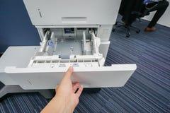 Женщины вышли тяге руки пустой поднос принтера для листа бумаги вставки Стоковые Изображения RF