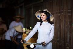 Женщины ВЬЕТНАМА красивые в платье Ao Dai Вьетнама традиционном в v Стоковая Фотография RF