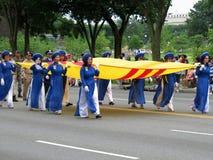 Женщины Вьетнама нося их флаг Стоковые Фотографии RF