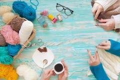 Женщины вяжут белизну и связанную broun ткань шерстяной пряжи Стоковые Изображения