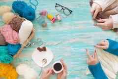 Женщины вяжут белизну и связанную broun ткань шерстяной пряжи Стоковая Фотография