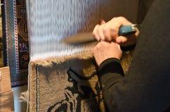 Женщины вязать ковер, Азербайджан, Баку стоковое изображение rf
