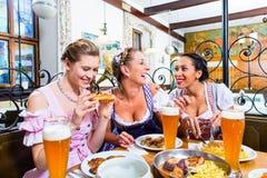 Женщины в баварском ресторане есть еду Стоковое фото RF