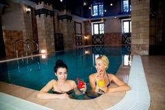 2 женщины в бассейне Стоковые Фотографии RF