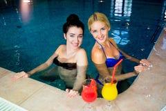 2 женщины в бассейне Стоковые Изображения RF