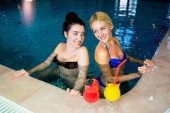 2 женщины в бассейне Стоковое Фото