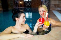 2 женщины в бассейне Стоковое фото RF