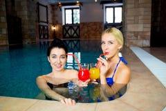 2 женщины в бассейне Стоковые Изображения