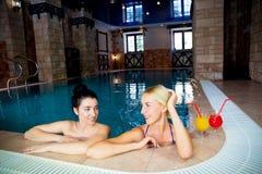 2 женщины в бассейне Стоковое Изображение