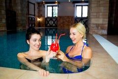 2 женщины в бассейне Стоковая Фотография