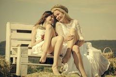 Женщины в белых платьях на солнечный день Стоковая Фотография RF