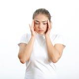 Женщины в белых одеждах головная боль Стоковые Фотографии RF