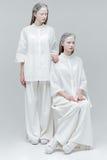 2 женщины в белых одеждах моды Стоковое Фото