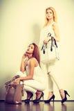 2 женщины в белых одеждах с сумками сумок Стоковые Фотографии RF
