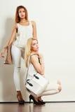 2 женщины в белых одеждах с сумками сумок Стоковые Изображения RF