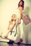 2 женщины в белых одеждах с сумками сумок Стоковое Изображение RF