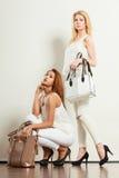 2 женщины в белых одеждах с сумками сумок Стоковые Изображения