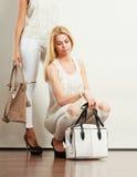 2 женщины в белых одеждах с сумками сумок Стоковые Фото