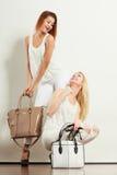 2 женщины в белых одеждах с сумками сумок Стоковое фото RF