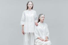 2 женщины в белых одеждах Стоковые Изображения RF