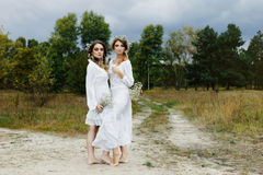 2 женщины в белых платьях Стоковые Фото