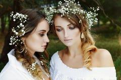 2 женщины в белых платьях Стоковая Фотография RF