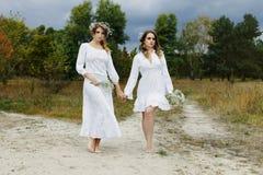 2 женщины в белых платьях Стоковая Фотография